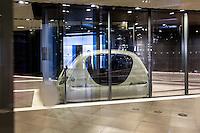 ABU DHABI, EMIRATS ARABES UNIS - 19 JANVIER 2016: Personal Rapid Transit (PRT) à Masdar City. Véhicule éléctrique automatisé qui offre un service de transport publqiue. La cabine peut accueillir jusqu'a quatre passagers simultanément pour parcourir les 1,700 metres qui séparent le parking garage PRT jusqu'a la station PRT Masdar Institute.