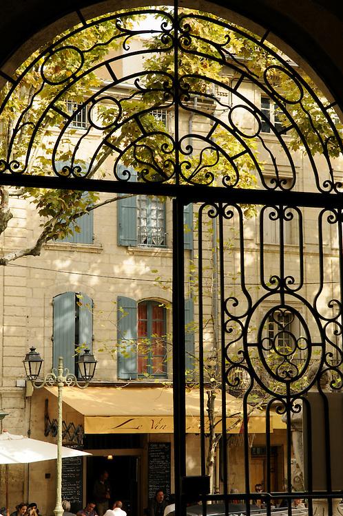 France, Languedoc Roussillon, Gard (30), Uzès, vue des grilles de l'Hôtel de ville sur le Bd. Charles Gide