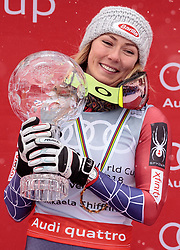 18.03.2018, Aare, SWE, FIS Weltcup Ski Alpin, Finale, Aare, Gesamt Weltcup, Damen, Siegerehrung, im Bild Mikaela Shiffrin (USA, Riesenslalom Weltcup 3. Platz, Slalom Weltcup und Gesamt Weltcup 1. Platz) präsentiert Ihre grosse Kristallkugel // Overall World Cup winner Slalom World Cup winner and Giant Slalom World Cup third placed Mikaela Shiffrin of the USA present the crystal globe during the allover winner Ceremony for the ladie's Worlcup of FIS Ski Alpine World Cup finals in Aare, Sweden on 2018/03/18. EXPA Pictures © 2018, PhotoCredit: EXPA/ Johann Groder