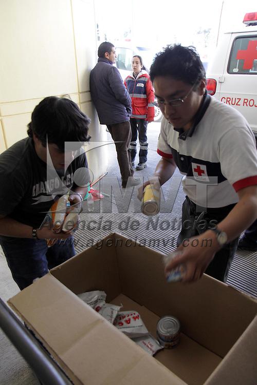 TOLUCA, México.- Grupos de voluntarios siguen trabajando en Cruz Roja, Delegación Toluca donde se mantienen abiertas sus puertas para recibir víveres y agua para ser enviados a los damnificados en Haití, hasta el momento se cuentan con 20 toneladas de agua y 10 en víveres y se espera que en los próximos días se acumule más ayuda, se sigue haciendo un llamado a la población en general para que acuda a dejar alimentos, ropa, medicinas y agua. Agencia MVT / Crisanta Espinosa. (DIGITAL)