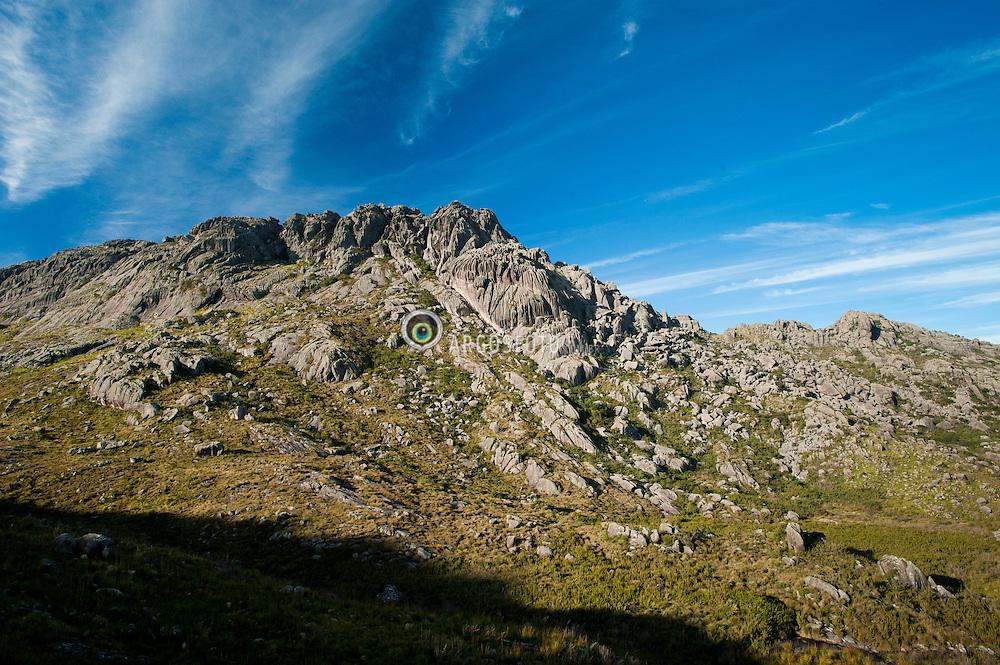 Pico das Agulhas Negras, com 2791,55 metros de altitude, o ponto culminante do estado do Rio de Janeiro e a oitava montanha mais alta do Brasil. Localizado na cidade de Resende, esta situado na parte alta do Parque Nacional do Itatiaia, na divisa entre os estados de Rio de Janeiro e Minas Gerais, fazendo parte da Serra da Mantiqueira./ The Agulhas Negras Peak with an altitude of 2791.55 meters, is the culmination of the state of Rio de Janeiro and the eighth highest mountain in Brazil. Located in the city of Resende, the summit of Agulhas Negras is located high in the Itatiaia National Park on the border between the states of Rio de Janeiro and Minas Gerais, part of the Serra da Mantiqueira.