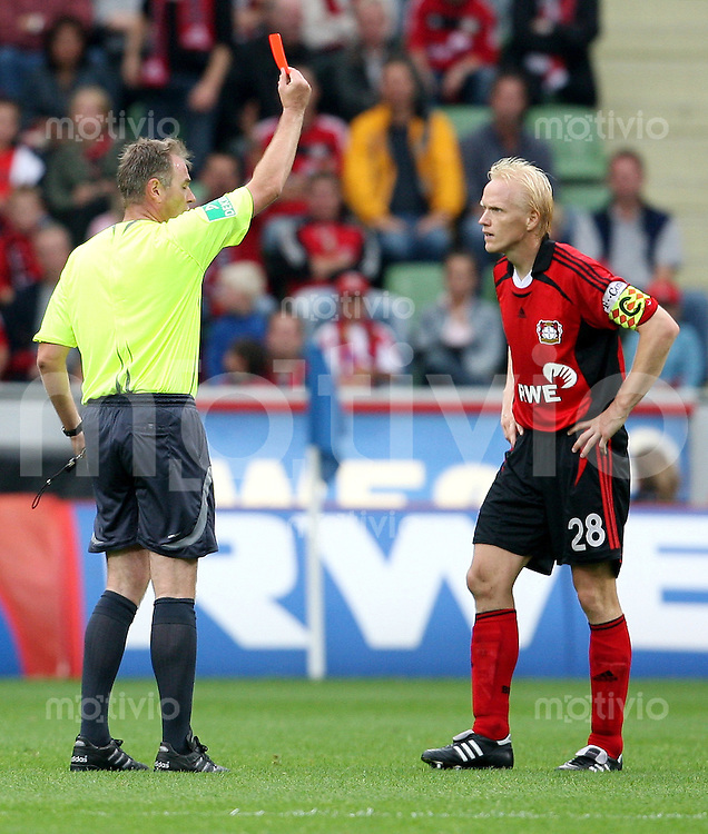 Fussball  1. Bundesliga    Saison 2006/2007   3. Spieltag Bayer 04 Leverkusen - VfL Wolfsburg          Schiedsrichter Dr. Helmut FLEISCHER (li) zeigt Carsten RAMELOW (re, Leverkusen) die Gelb-Rote Karte.