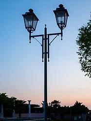 Themenbild - Kaum eine andere Region Italiens ist dermaßen geprägt vom Tourismus wie die Küstenregionen der oberen Adria. In den Hauptbadeorten Grado, Lignano, Bibione, Caorle, Jesolo, Marina die Venezia und auf der Isola Albarella drängen sich jedes Jahr aufs neue wahre Touristenmassen am Strand. Hier im Bild Strassenlaterne. Grado, Italien am Montag, 15. April 2019 // Preseason on the upper Italian Adria. Hardly any other region of Italy is as influenced by tourism as the coastal regions of the upper Adriatic. In the main seaside resorts of Grado, Lignano, Bibione, Caorle, Jesolo, Marina the Venezia and on the Isola Albarella, every year new masses of tourists crowd the beach. Picture shows street lamp. Grado, Italy on Italy on Monday, April 15, 2019. EXPA Pictures © 2019, PhotoCredit: EXPA/ Johann Groder