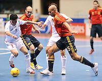 Fussball  International  FIFA  FUTSAL WM 2008   01.10.2008 Vorrunde Gruppe D Spain - Iran Spanien- Iran Ali HASSANZADEH (IRN), JAVI RODRIGUEZ (ESP), Mohammad TAHERI (IRN) und FERNANDO (ESP), von links,  beim Kampf um den Ball.