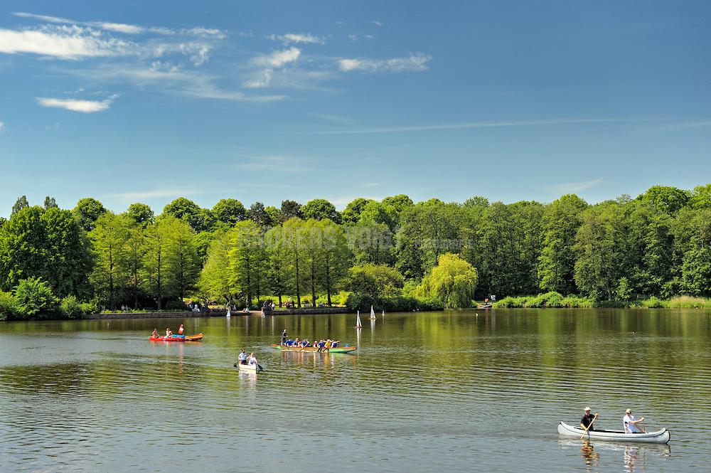 Paddeln auf dem Stadtparksee im Frühjahr bei sonnigem Wetter