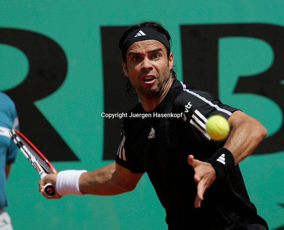 French Open 2009, Roland Garros, Paris, Frankreich,Sport, Tennis, ITF Grand Slam Tournament,  <br /> Fernando Gonzales (CHI) spielt eine Vorhand,forehand,action<br /> <br /> <br /> Foto: Juergen Hasenkopf