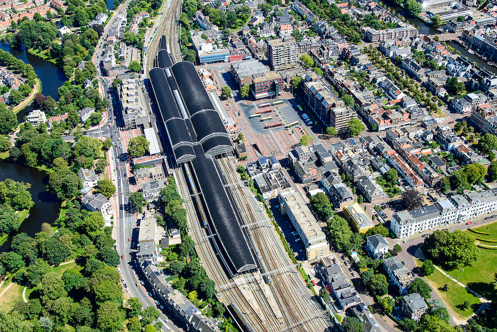 Nederland, Noord-Holland, Haarlem, 01-08-2016; Station Haarlem en omgeving, De Bolwerken en Stationsplein met busstation.<br /> Main railway station Haarlem.<br /> luchtfoto (toeslag op standard tarieven);<br /> aerial photo (additional fee required);<br /> copyright foto/photo Siebe Swart