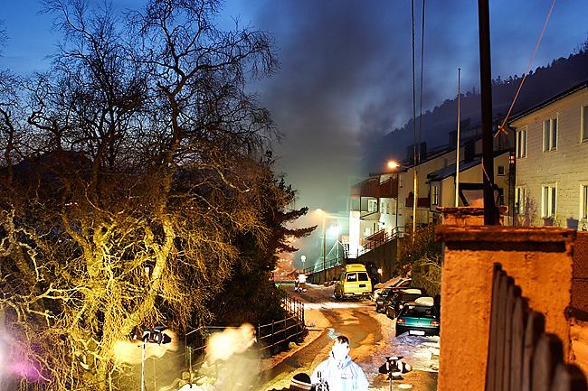 ÅLESUND 2008: Røyk siver ut av boligblokken på Fjelltun i Ålesund som natt til onsdag ble truffet av et steinras. Foto: Svein Ove Ekornesvåg