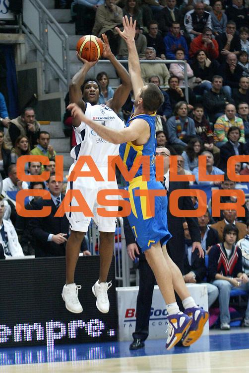 DESCRIZIONE : Bologna Eurolega 2005-2006 Climamio Fortitudo Bologna Maccabi TelAviv<br />GIOCATORE : Diawara<br />SQUADRA : Fortitudo Climamio Bologna<br />EVENTO : Bologna Eurolega 2005-06 Climamio Fortitudo Bologna Maccabi TelAviv<br />GARA : Climamio Fortitudo Bologna Maccabi TelAviv<br />DATA : 09/03/2006<br />CATEGORIA : tiro<br />SPORT : Pallacanestro <br />AUTORE : Agenzia Ciamillo-Castoria/L.Villani<br />Galleria : Eurolega 2005-2006<br />Fotonotizia:Bologna Eurolega 2005-2006 Climamio Bologna-Maccabi Telaviv<br />Predefinita:Si