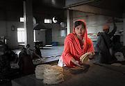 Sikh Tempel in Agra. Bei den Sikh ist jeder eingeladen gratis zu Essen. Tag und Nacht wird gekocht und ausgeschenkt. Die Essenden sitzen in einer anderen grossen Halle in langen Reihen am Boden und werden verköstigt. Freiwillige helfen in der Küche.