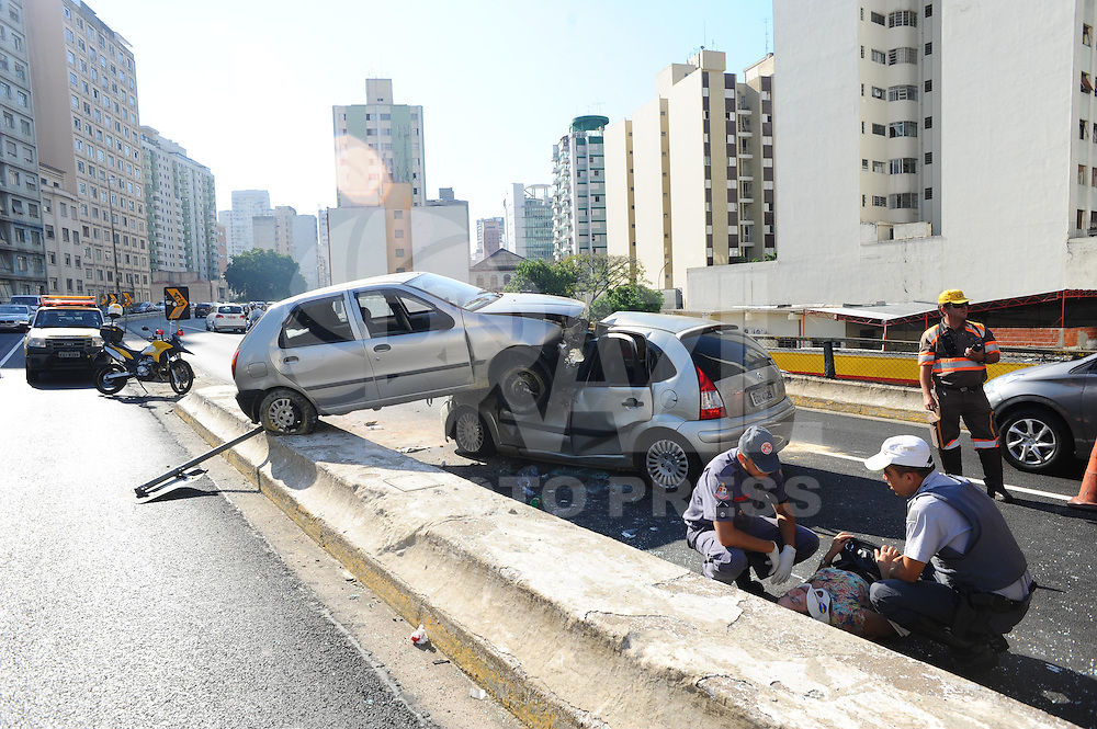 SÃO PAULO, SP - 11.02.2014 - Um acidente entre dois carros no Elevado Costa e Silva (Minhocão) sentido centro teve 4 vitimas com ferimentos leves uma ficou presa na ferragens.(Foto: Adriano Lima / Brazil Photo Press)