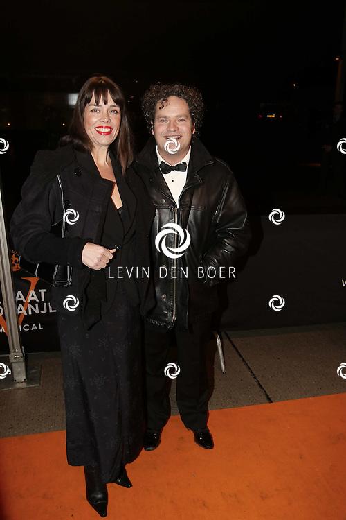 KATWIJK - Dirk Zeelenberg met partner Suus zaterdag op de oranje loper van de galapremiere van Soldaat van Oranje - de Musical in de Theater Hangaar op de oude vliegbasis Valkenburg bij Katwijk. FOTO LEVIN DEN BOER - PERSFOTO.NU