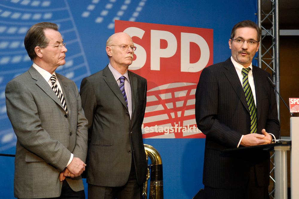 06 FEB 2006, BERLIN/GERMANY:<br /> Franz Muentefering, SPD, Bundesarbeitsminister, Peter Struck, SPD, Fraktionsvorsitzender, Matthias Platzeck, SPD Parteivorsitzender, (v.L.n.R.), Neujahrsempfang der SPD-Bundestagsfraktion, Fraktionsebene, Deutscher Bundestag<br /> IMAGE: 20060206-02-048<br /> KEYWORDS: Franz M&uuml;ntefering, Rede, speech