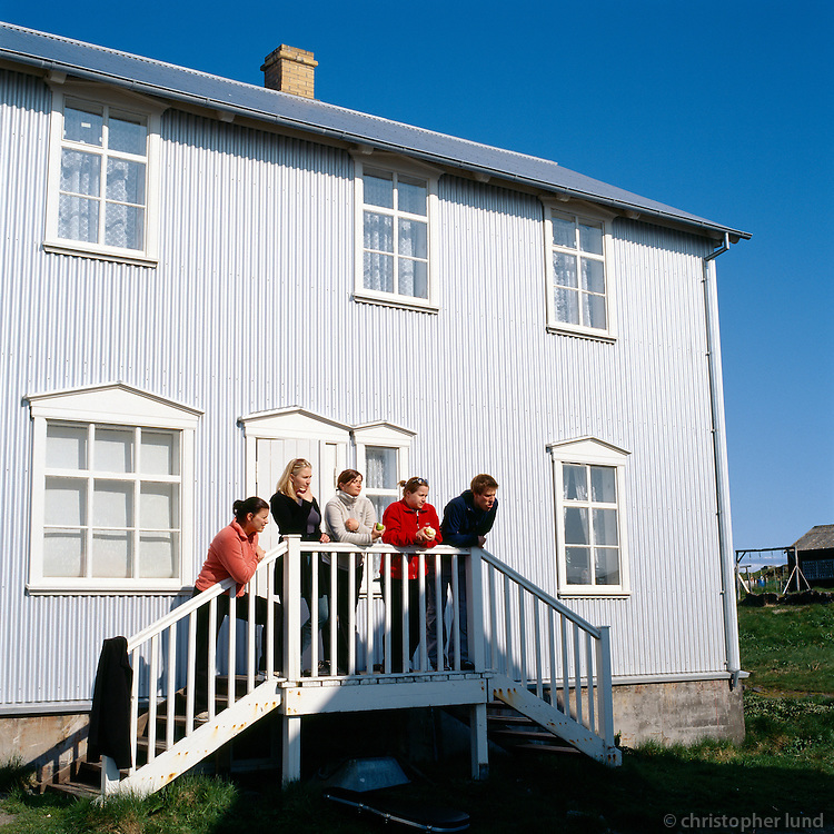 Sara, Vera, Guðrún, Margrét og Freyr á tröppunum við Ásgarð.