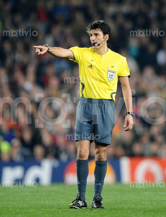 Fussball  Champions League   Viertelfinale   Saison 2007/2008   23.04.2008 FC Barcelona -  Manchester United                          Schiedsrichter Massimo Bosacca (SUI) zeigt die Spielrichtung an