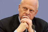 """13 MAY 2004, BERLIN/GERMANY:<br /> Prof. Meinhard Miegel, Buergerkonvent und Leiter des Instituts fuer Wirtschaft und Gesellschaft Bonn e.V., IWG Bonn, packt seine Aktentasche aus, vor Beginn der Pressekonferenz """"Fuer ein besseres Deutschland"""" - eine Aktionsgemeinschaft von 10 Reforminitiativen mit Forderungen an die Politik, Bundespressekonferenz<br /> IMAGE: 20040513-01-040<br /> KEYWORDS: Bürgerkonvent"""