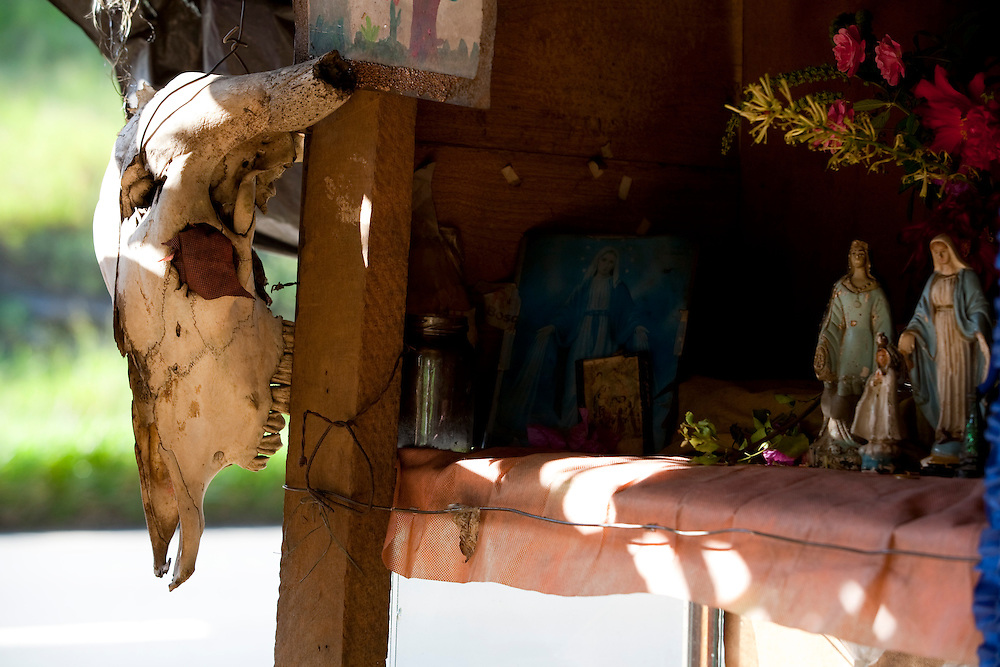 Pouso Alegre_MG, Brasil...Detalhe da imagem de santos proximo a BR 381 em Pouso Alegre...Detail of saints images next to BR 381 in Pouso Alegre...Foto: LEO DRUMOND / NITRO.....