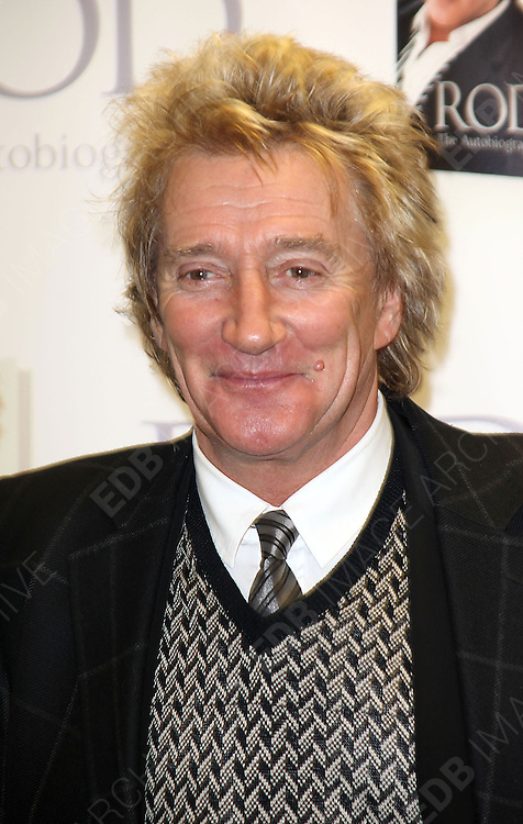 17.NOVEMBER. ESSEX<br /> <br /> ROD STEWART SIGNS COPIES OF HIS NEW MEMOIR, ROD: THE AUTOBIOGRAPHY AT THE EPPING BOOKSHOP. <br /> <br /> BYLINE: EDBIMAGEARCHIVE.COM<br /> <br /> *THIS IMAGE IS STRICTLY FOR UK NEWSPAPERS AND MAGAZINES ONLY*<br /> *FOR WORLD WIDE SALES AND WEB USE PLEASE CONTACT EDBIMAGEARCHIVE - 0208 954 5968*