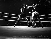 26/09/1952<br /> 09/26/1952<br /> 26 September 1952<br /> Red Cross Boxing event, Corinthians vs Scottish boxers. The bouts at the National Stadium. Leo McCurtain v A. Moore.