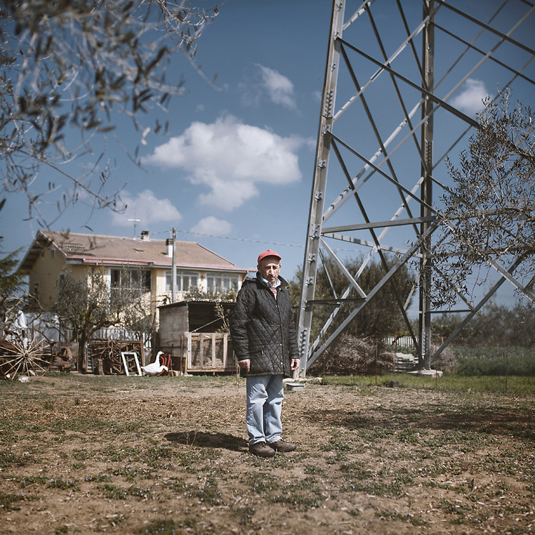 Enzo Troiano, a farmer from Villanova (PE) who lived for 30 years with a high voltage pylon in his own garden, 20 meters away from the house he bought at the end of the 1960s. Once the powerhouse is upgraded, additional pylons, masts and cable grids will cover the area before spreading south.<br /> Villanova (PE)