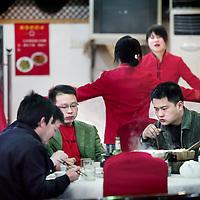 China,Changsa ,maart 2008..Chinezen tijdens het diner in een aan voormalige leider Mao Zedong gewijd restaurant. Changsa is de hoofdstad van Hunan provincie.