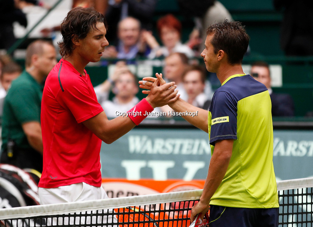 Gerry Weber Open 2012, ATP World Tour, Rasentennis Turnier, International Series,Gerry Weber Stadion, Grasplatz, Halle/Westfalen,L-R. Rafael Nadal (ESP) gratuliert dem Sieger Philipp Kohlschreiber am Netz,.Halbkoerper,Querformat,.