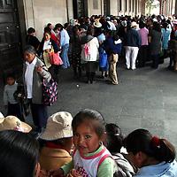 Toluca, Mex.- Transportistas de Santiago Miltepec exigen el cumplimiento de los acuerdos con gobernacion; y habitantes de San Pablo Autopan piden pavimentacion y drenaje en su comunidad, manifiestandose frente a Palacio y  bloquenado la avenida Lerdo. Agencia MVT / Luis Enrique Hernandez V. (DIGITAL)<br /> <br /> NO ARCHIVAR - NO ARCHIVE
