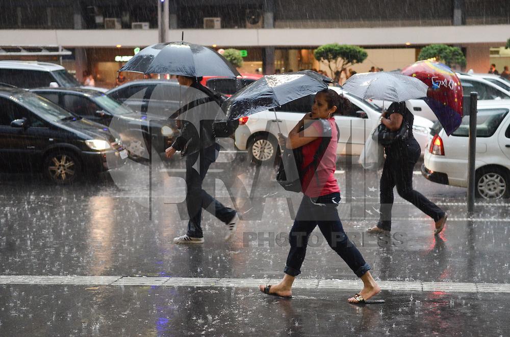 SAO PAULO, 15 DE FEVEREIRO DE 2013. - CLIMA TEMPO SP - Chuva forte atinge a regiao central da capital no fim da tarde desta sexta feira, 15. (FOTO: ALEXANDRE MOREIRA / BRAZIL PHOTO PRESS).