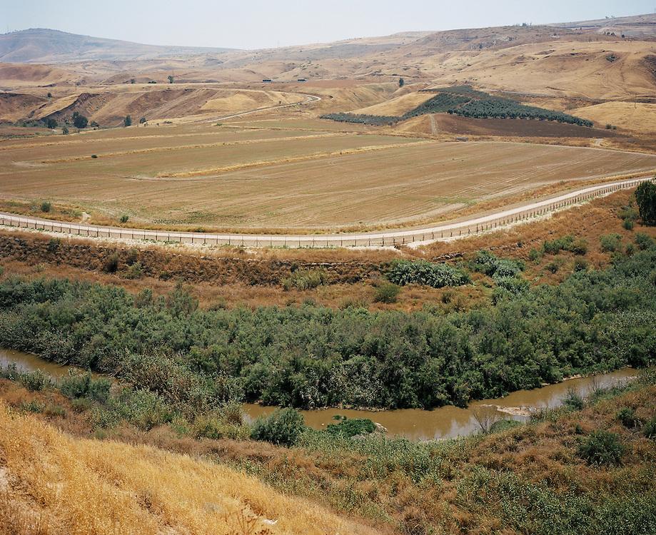 Le fleuve Jourdain, depuis l'île de la paix, le long de la frontière entre Israël et la Jordanie. Depuis les années 60, Mekorot, la société des eaux israélienne, détourne l'eau du Jourdain au profit du National Water Carrier, le système d'approvisionnement en eau du pays. L'écosystème naturel local en est la première victime. D'autant qu'à ce point, le fleuve n'est plus qu'un mélange d'eau salée, surplus rejeté au cours du traitement des sources locales, et des eaux usées des communes du lac de Tibériade.