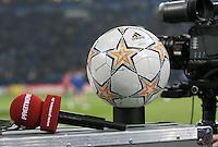 Fussball  Champions League   Achtelfinale   Saison 2007/2008 FC Schalke 04  - FC Porto                           19.02.2008 Symbolbild: Premiere Mikrofon liegt neben einem Champions-League-Ball.