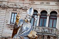 Lecce - Festeggiamenti in onore di Sant'Oronzo, San Giusto e San Fortunato. La processione è iniziata da poco: la seconda statua ad uscire è quella di San Fortunato. San Giusto, dei tre santi, è quello per il quale esiste la certezza storica dell'esistenza. Per Sant'Oronzo e San Fortunato non esistono documenti certi ma l'affezione dei fedeli ha superato anche il dubbio storico. Sullo sfondo l'ex seminario in Piazza Duomo.