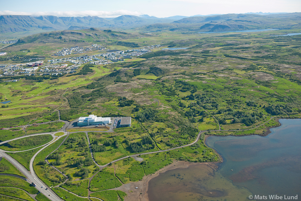 Hádegishæð og Lyngdalur séð til norðausturs, Ritstjórn og prentsmiðju: Morgunblaðið.  Rauðavatn í  forgrunni, Reykjavík.  /  Hadegishaed and Lyngdalur viewing northeast, lake Raudavatn in foreground, Reykjavik.