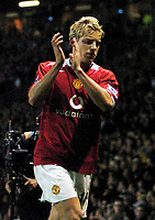 Fotball<br /> Premier League 2004/05<br /> Manchester United v Manchester City<br /> 7. november 2004<br /> Foto: Digitalsport<br /> NORWAY ONLY<br /> ALAN SMITH (MANCHESTER UNITED)  RETURNS FANS APPLAUSE AS HE IS  SENT OFF BY GRAHAM POLL