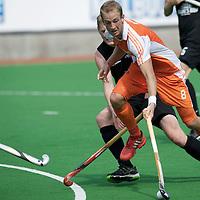 MELBOURNE - Champions Trophy men 2012<br /> Netherlands v New Zealand<br /> Nederland haalt de halve finale.<br /> foto: Billy Bakker duel met James Coughlan.<br /> FFU PRESS AGENCY COPYRIGHT FRANK UIJLENBROEK