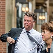 NLD/Amsterdam//20170309 - Herdenkingsdienst Guus Verstraete, Louis van Gaal en partner Truus Opmeer
