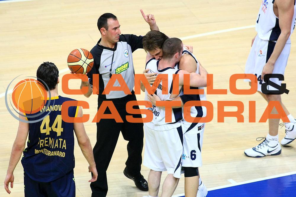 DESCRIZIONE : Bologna Lega A 2008-09 GMAC Fortitudo Bologna Premiata Montegranaro<br /> GIOCATORE : Marcelo Huertas Stefano Mancinelli Arbitro referees<br /> SQUADRA : GMAC Fortitudo Bologna AIAP<br /> EVENTO : Campionato Lega A 2008-2009<br /> GARA : GMAC Fortitudo Bologna Premiata Montegranaro<br /> DATA : 15/04/2009<br /> CATEGORIA : esultanza<br /> SPORT : Pallacanestro<br /> AUTORE : Agenzia Ciamillo-Castoria/M.Minarelli
