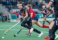 AMSTELVEEN  - Eva de Goede (Adam) met Mila Muyselaar (Laren)  tijdens de hoofdklasse competitiewedstrijd hockey dames , Amsterdam-Laren (3-0)  , COPYRIGHT KOEN SUYK