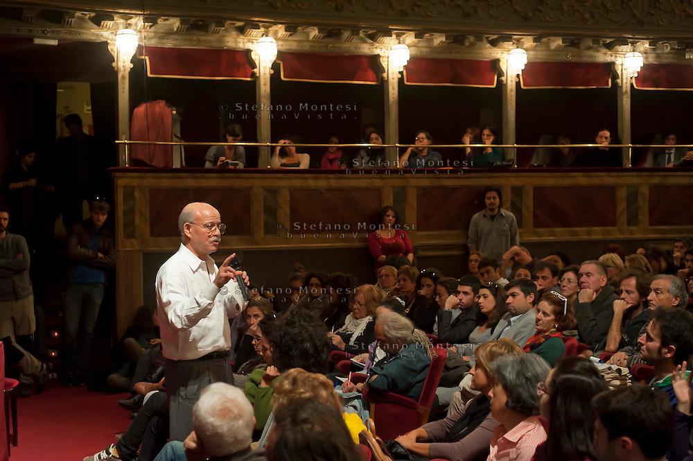 Roma 27 Ottobre 2011.Jeremy Rifkin tiene una conferenza al Teatro Valle occupato