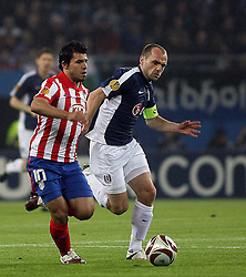 12.05.2010, Hamburg Arena, Hamburg, GER, UEFA Europa League Finale, Atletico Madrid vs Fulham FC, im Bild Action picture involving Fulham's Danny Murphy (Captain) and Atletic Madrid's Sergio Aguero, EXPA Pictures © 2010, PhotoCredit: EXPA/ IPS/ Marcello Pozzetti / SPORTIDA PHOTO AGENCY