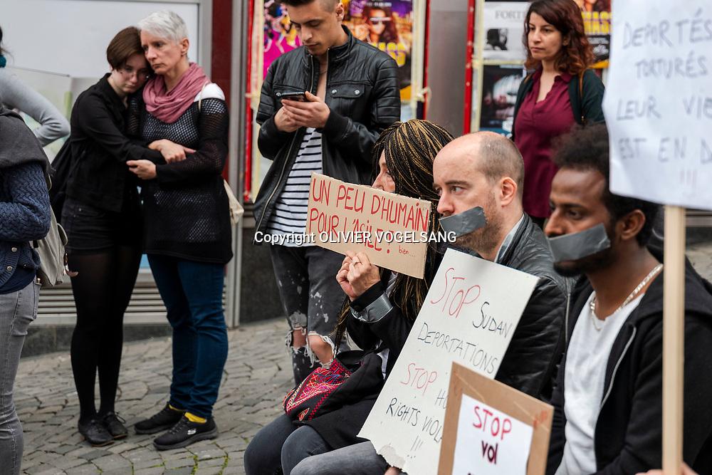 Lausanne, avril 2018. Manifestation du collectif R devant la gare pour sensibiliser le cas futur de renvoi par vol spécial d'un débouté soudanais. © Olivier Vogelsang