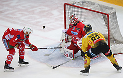14.04.2019, Albert Schultz Halle, Wien, AUT, EBEL, Vienna Capitals vs EC KAC, Finale, 1. Spiel, im Bild v.l. Charles Robin Gartner (EC KAC), Lars Haugen (EC KAC) und Chris Desousa (spusu Vienna Capitals) // during the Erste Bank Icehockey 1st final match between Vienna Capitals and EC KAC at the Albert Schultz Halle in Wien, Austria on 2019/04/14. EXPA Pictures © 2019, PhotoCredit: EXPA/ Thomas Haumer