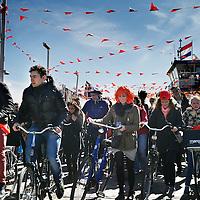 Nederland, Amsterdam , 27 april 2015.<br /> Vrijmarkt en plezier tijdens Koningsdag op NDSM terrein in Amsterdam Noord.<br /> Op de foto: De pont arriveert zwaar beladen met Koningsdagvierders op het NDSM terrein in amsterdam Noord.<br /> Foto:Jean-Pierre Jans