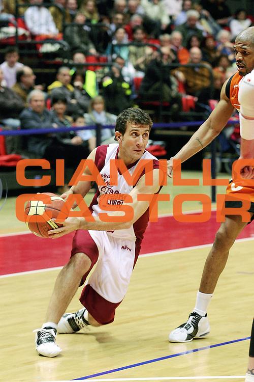 DESCRIZIONE : Livorno Lega A1 2005-06 Basket Livorno Snaidero Basketball Udine<br /> GIOCATORE : Ingles<br /> SQUADRA : Basket Livorno<br /> EVENTO : Campionato Lega A1 2005-2006<br /> GARA : Basket Livorno Snaidero Basketball Udine<br /> DATA : 09/04/2006<br /> CATEGORIA : Passaggio<br /> SPORT : Pallacanestro<br /> AUTORE : Agenzia Ciamillo-Castoria/Stefano D'Errico