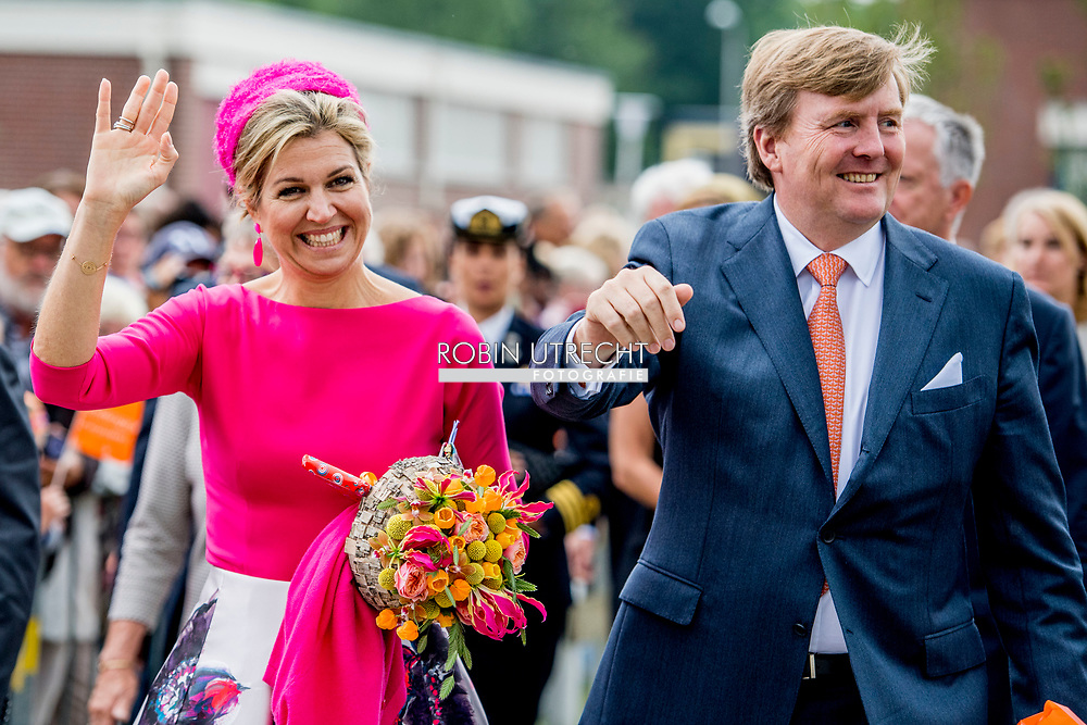 29-6-2017 Koning Willem-Alexander en Koningin Maxima bezoeken het Windpark Noordoostpolder Koning Willem-Alexander en Koningin Maxima brengen donderdag 29 juni 2017 een streekbezoek aan Noordoost Flevoland. De Koning en Koningin bezoeken de plaatsen Urk, Nagele en Dronten. Het voormalige eiland Urk heeft een rijke geschiedenis als vissersplaats en ontwikkelt zich als kenniscentrum voor de maritieme sector. De rest van het gebied is nieuw land dat door inpoldering is gecre&euml;erd. Dit gebied heeft van oorsprong een sterk agrarisch karakter en hecht waarde aan innovatieve en duurzame landbouw en voedselproductie. Noordoost Flevoland is toonaangevend als leverancier van windenergie. Toch kent de streek ook uitdagingen: na een halve eeuw zijn sommige dorpen en woonkernen toe aan een kwaliteitsimpuls. COPYRIGHT ROBIN UTRECHT<br /> <br /> 29-6-2017 King Willem-Alexander and Queen Maxima visit the Noordoostpolder Windpark King Willem-Alexander and Queen Maxima attend a regional visit to Northeast Flevoland on Thursday, June 29, 2017. The King and Queen visit the places Urk, Nagele and Dronten. The former island of Urk has a rich history as a fishing village and develops as a knowledge center for the maritime sector. The rest of the area is a new country created by polishing. Originally, this area has a strong agricultural character and attaches importance to innovative and sustainable agriculture and food production. Northeast Flevoland is a leading supplier of wind energy. Nevertheless, the region is also facing challenges: after half a century, some villages and residential corridors add to a quality impulse. COPYRIGHT ROBIN UTRECHT