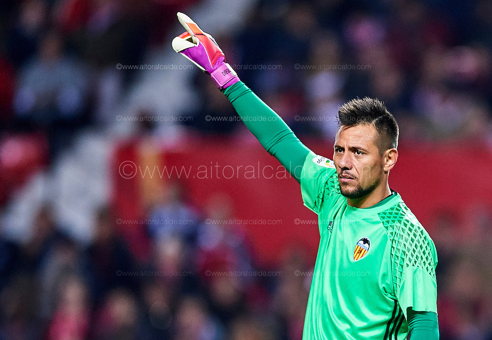SEVILLE, SPAIN - NOVEMBER 26:  Diego Alves of Valencia CF looks on during the La Liga match between Sevilla FC and Valencia CF at Estadio Ramon Sanchez Pizjuan on November 26, 2016 in Seville, Spain.  (Photo by Aitor Alcalde Colomer/Getty Images)