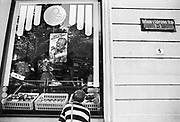 Duitsland, Berlijn, oost, 1-7-1990Op 1 juli 1990 werd de duitse monetaire eenwording effectief. De burgers van de ddr konden hun marken, ostmarken, inwisselen tegen de west-duitse mark, in winkels vond een grote operatie plaats om prijzen aan te passen en westerse producten in de schappen te leggen. Nederlandse ondernemers, fruittelers, waren ert snel bij om hun producten in oost duitsland af te zetten. In deze OGS winkel, groente en fruit, hangt een reclame om nederlands fruit te kopen.Nederland, economie,handelsgeest, nederlandse,landbouw,landbouwproducten,exportFoto: Flip Franssen/Hollandse Hoogte