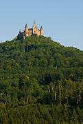 Burg Hohenzollern, Wald, Berg und Burg, Schwäbische Alb, Baden-Württemberg, Deutschland.. | ..Hohenzollern Castle, Germany