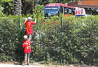 Fotball<br /> Tyskland<br /> 04.11.2012<br /> Foto: imago/Digitalsport<br /> NORWAY ONLY<br /> <br /> Kleine Jungs mit Trikots von Bastian SCHWEINSTEIGER, FCB 31 und Thomas MUELLER, MÜLLER, FCB 25 mit Raeuberleiter am Zaun des Mannschaftshotel Lido Palace in Riva del Garda am Gardasee FC BAYERN MÜNCHEN im Trainingslager in Arco, Trentino, Italien, am 04.07.2013