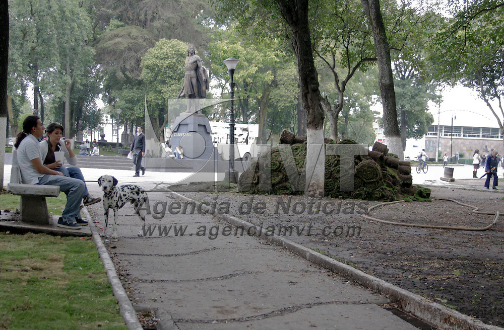 Toluca, México.- Tras el deterioro del césped, el ayuntamiento municipal realizará reempastado de áreas verdes en la alameda central. Agencia MVT / Arturo Hernández S.