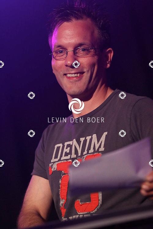 ALEM - Tijdens alempop tussen de optreden door verzorgde Hewi Sound met als dj Henk Verkuil dat het feest gebruis gewoon door kon dansen op de plaatjes die hij draaid. FOTO LEVIN DEN BOER - PERSFOTO.NU